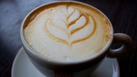 Una taza de café con leche.