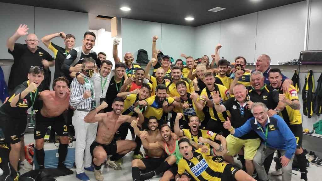 La plantilla del Club Portugalete celebra en el vestuario