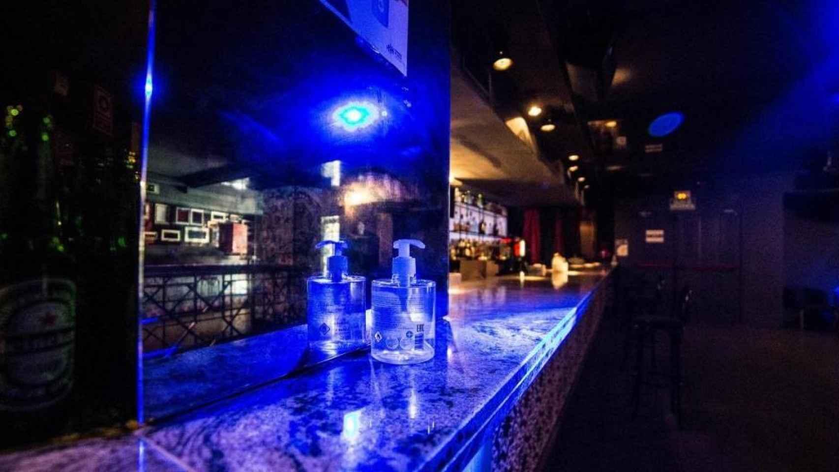 Una discoteca dispone de gel hidroalcohólico en la barra.