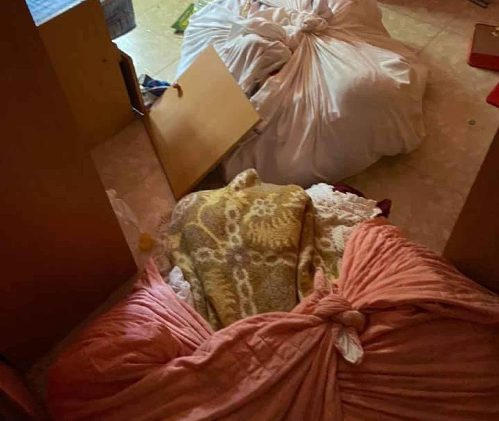 Las bolsas que los okupas hicieron para vender los muebles de Juan.