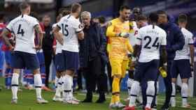 Mourinho habla con los jugadores del Tottenham