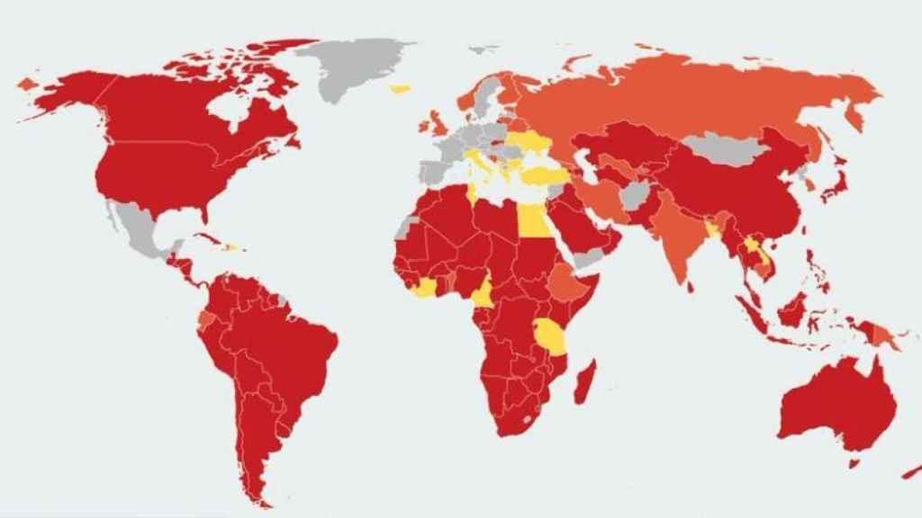 El mapa de los países que imponen restricciones: del rojo (las más estrictas), al amarillo (las más laxas).
