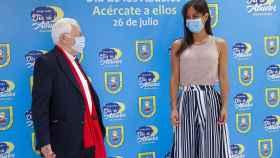 Begoña Villacís junto al Padre Ángel durante el acto de Mensajeros de la Paz por el Día de los Abuelos.