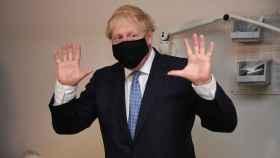 Boris Johnson, primer ministro británico, visita un centro médico en Londres.