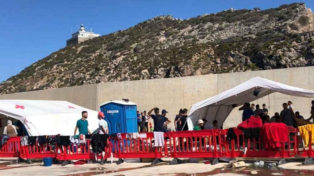 Más de una veintena de inmigrantes irregulares charlando en el campamento de Escombreras.