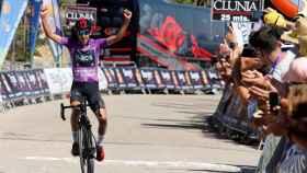 Iván Ramiro Sosa (INEOS) levanta los brazos celebrando su victoria en las Lagunas de Neila en la Vuelta a Burgos 2019