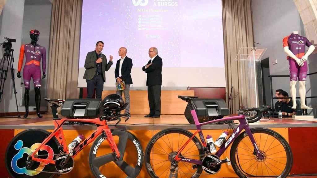 Javier Guillén, director de La Vuelta a España, Juan Mari Guajardo, speaker, y Marcos Moral, director de la Vuelta a Burgos, durante la presentación de la edición de 2019