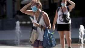Una mujer camina en Córdoba en plena alerta por altas temperaturas en el Valle del Guadalquivir. EFE /Rafa Alcaide