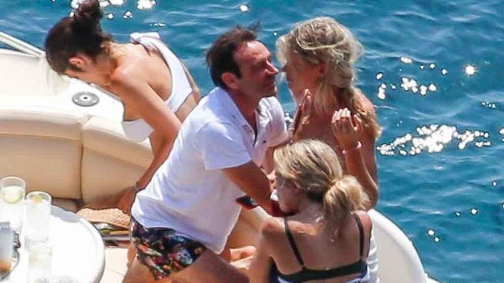 La pareja no oculta su amor mientras disfruta de sus primeras vacaciones.