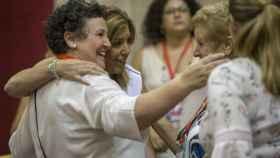 María Salmerón junto a la expresidenta de la Junta de Andalucía, Susana Díaz, en el Parlamento.