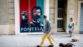 Un graffiti con la imagen de Fernando Simón en la entrada de un comercio del barrio del Eixample de Barcelona.