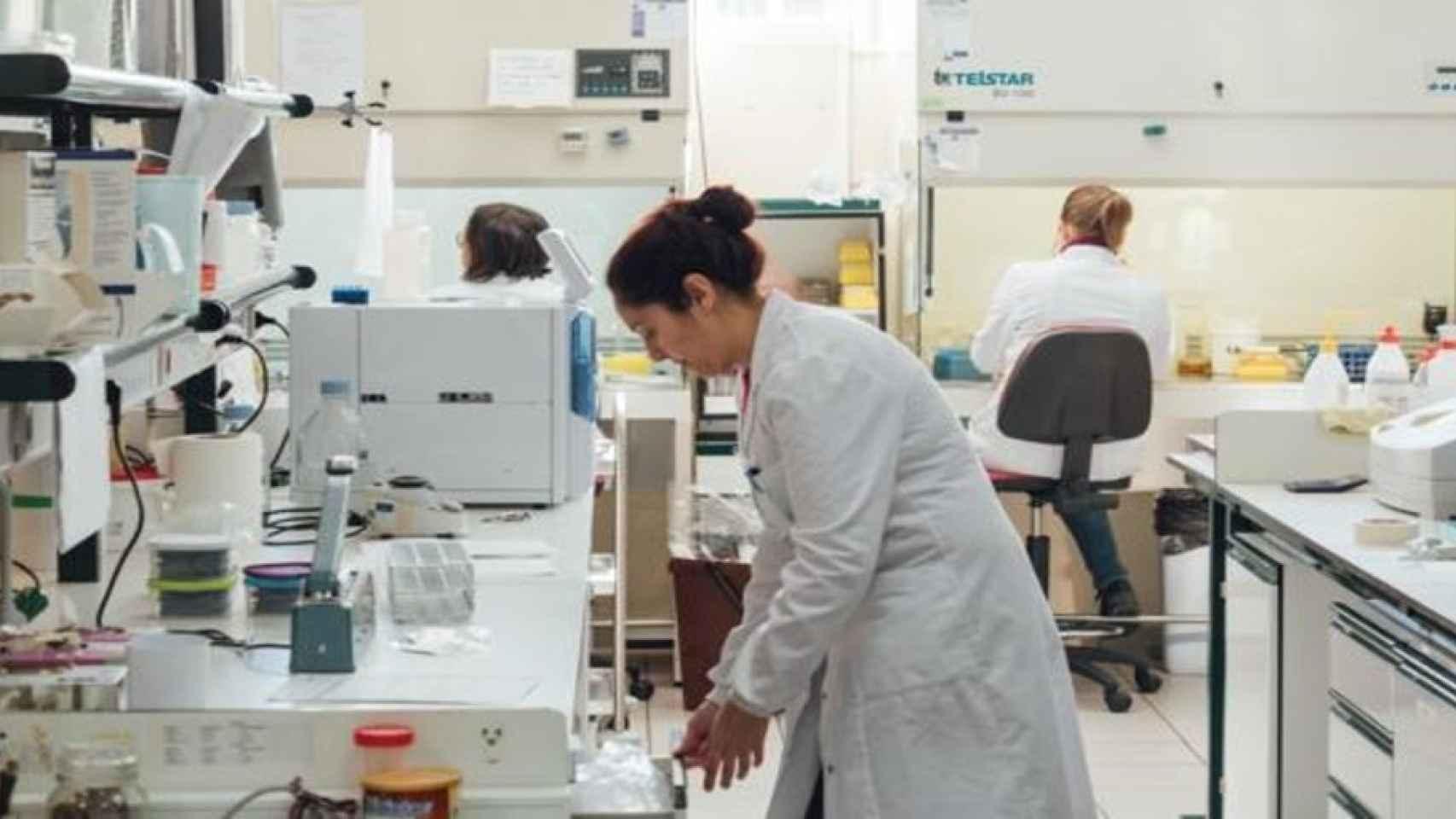 Varios empleados en instalaciones de Biosearch.