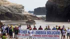 Los trabajadores de Alcoa y sus familias toman la playa de As Catedrais, en Ribadeo, Lugo, el 26 de julio de 2020.