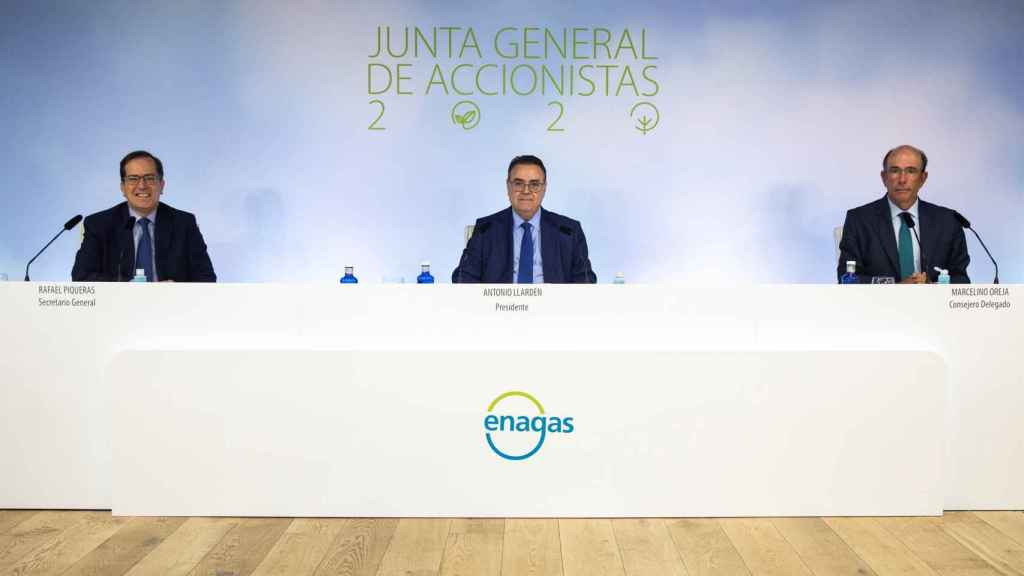 El presidente de Enagás, Antonio Llardén, y el consejero delegado, Marcelino Oreja, en la junta general de accionistas 2020 de la compañía.