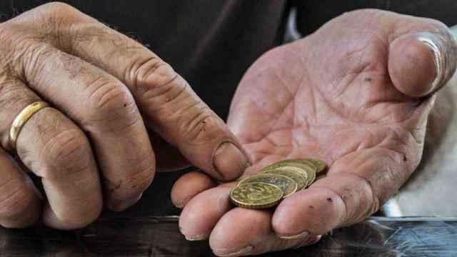 Las manos de un pensionista.