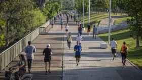 Gente paseando en Sevilla.