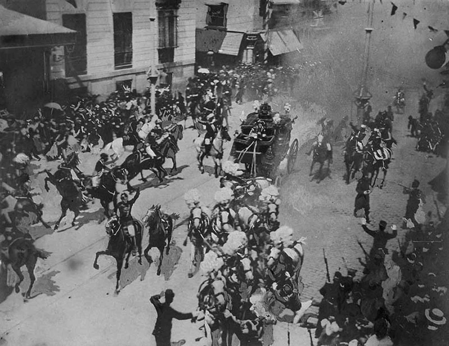 Fotografía del atentado de Mateo Morral contra Alfonso XII y Victoria Eugenia.