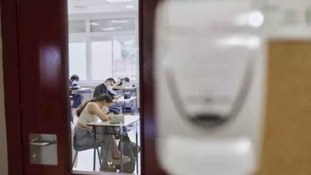 Alumnos en clase respetando las medidas de seguridad