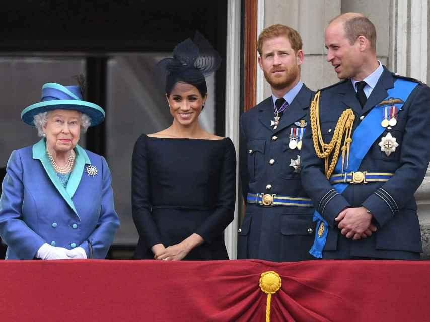 La reina de Inglaterra, Meghan Markle y los príncipes Harry y William.