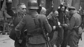 Soldados alemanes arrestando a judíos durante el levantamiento del Gueto de Varsovia, en mayo de 1943.