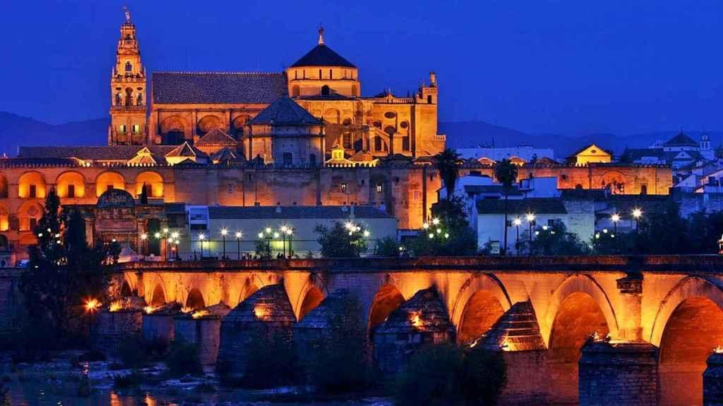 Imagen nocturna de la Mezquita-Catedral de Córdoba.