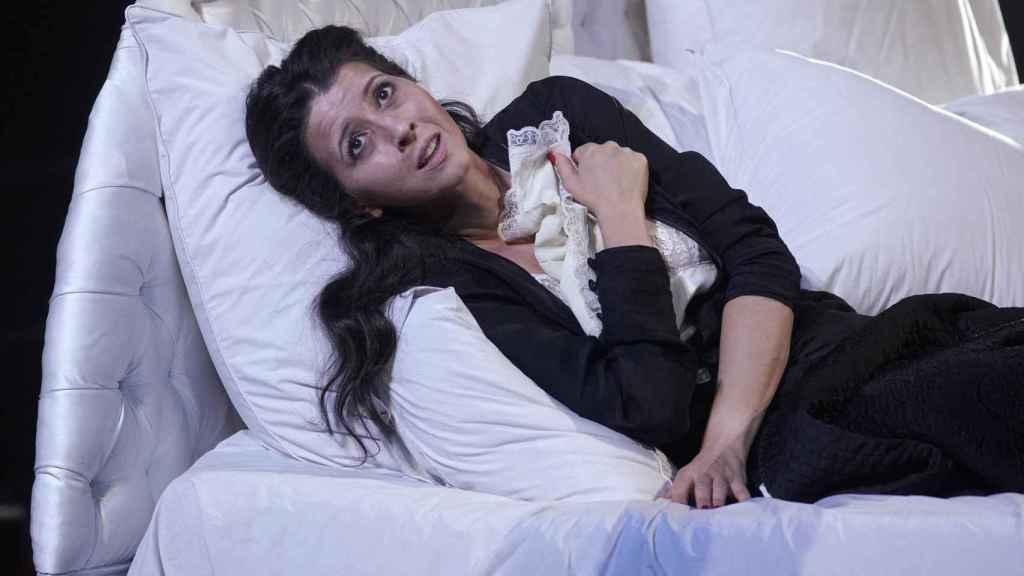 Oropesa interpretando a Violetta Valéry al final de la obra, cuando está al borde la muerte.