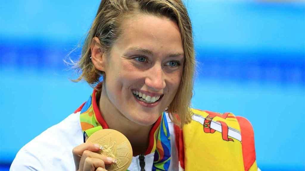 Mireia Belmonte con la medalla de oro de los 200 mariposa que ganó en los Juegos Olímpicos de Río de Janeiro en 2016, donde también logró el otra de bronce.