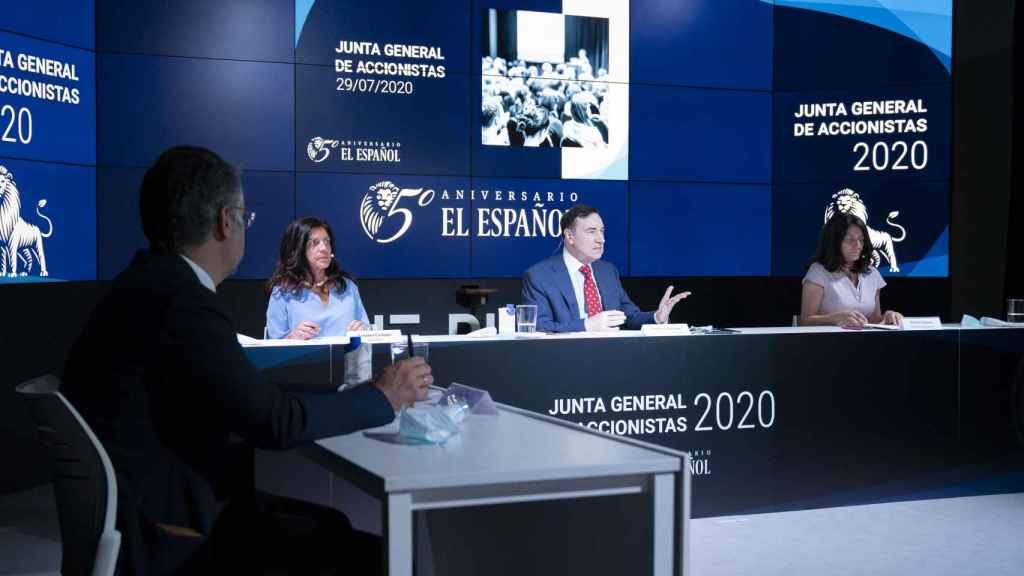 Pedro J. Ramírez durante su discurso en la Junta de Accionistas de EL ESPAÑOL junto a la directora general , Mamen Vázquez, y la secretaria del consejo,  Cristina Campos.