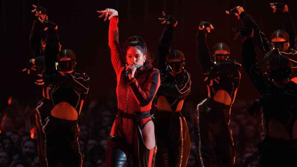 Rosalía en su actuación de los MTV EMA 2018.