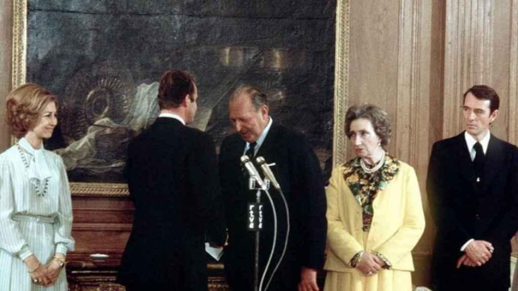 Juan de Borbón se inclina ante su hijo y nuevo rey tras renunciar sus derechos dinásticos.