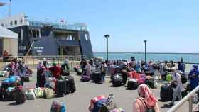 Las últimas temporeras marroquíes se preparan para subirse al ferry en el Puerto de Huelva.