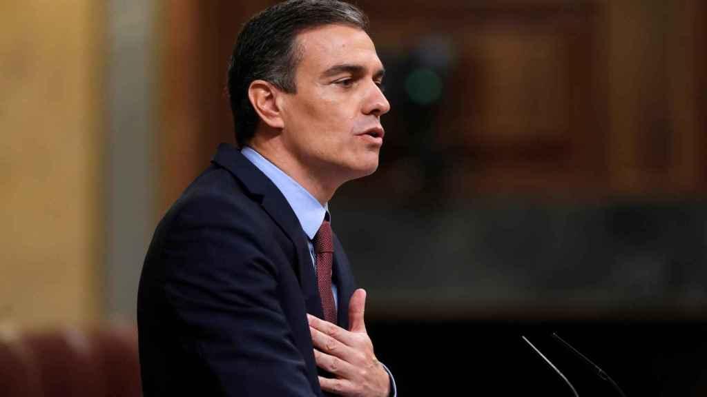 Pedro Sánchez, mano en el pecho, en el atril del Congreso.