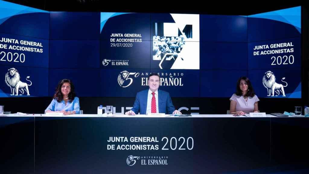 De izda. a dcha. Cristina Campos, secretaria del Consejo de Administración de EL ESPAÑOL; Pedro J. Ramírez, presidente ejecutivo y Mamen Vázquez, directora general.