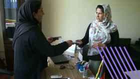 Habiba Kakar, vicegobernador de la provincia de Nangarhar habla con mujeres afganas en su oficina en Jalalabad.
