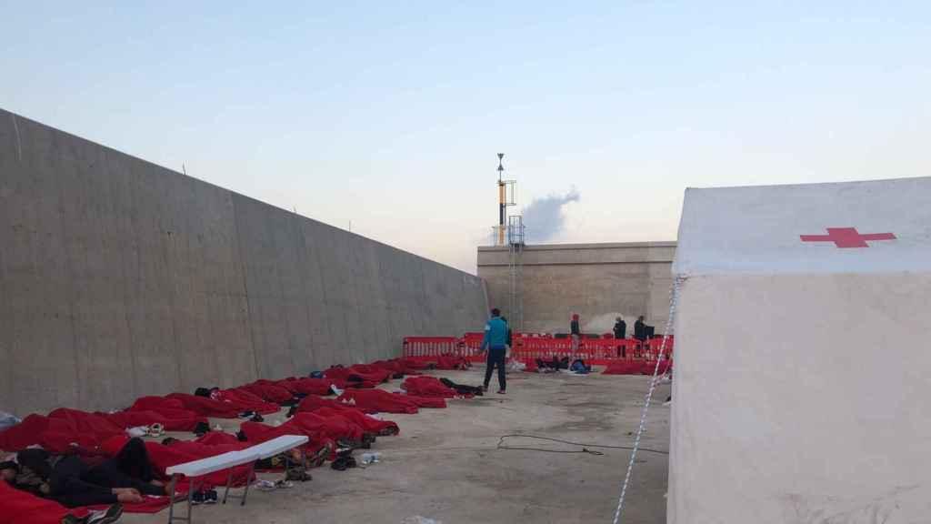 Decenas de inmigrantes argelinos durmiendo en el suelo porque el campamento del puerto de Escombreras no tenía camas.