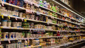 La cámara refrigeradora de yogures de un supermercado.