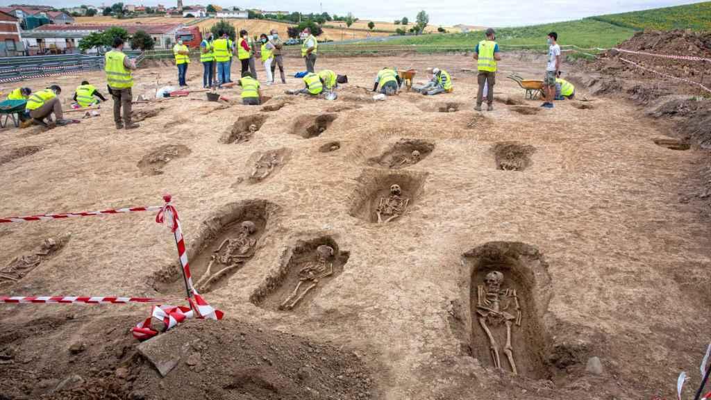 Algunas de las tumbas encontradas en el municipio de Grañón.