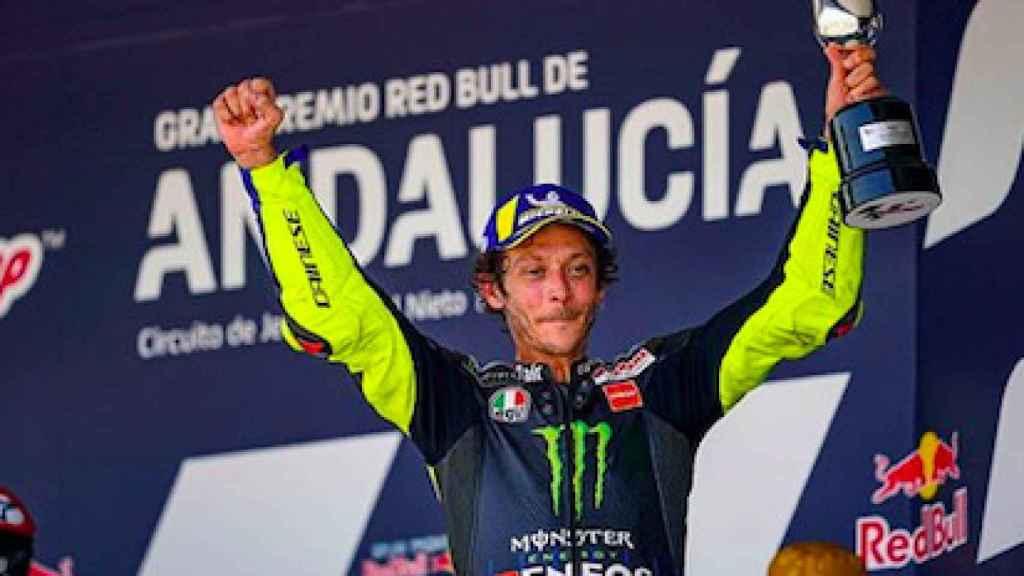 Valentino Rossi con el trofeo ganado en el GP de Andalucía