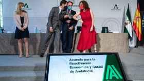 El presidente de la Junta de Andalucía, Juanma Moreno, tras la firma del acuerdo.