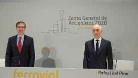 El presidente de Ferrovial, Rafael del Pino, y el consejero delegado del grupo, Ignanio Madridejos, ante la junta de accionistas del grupo, celebrada de forma telemática.