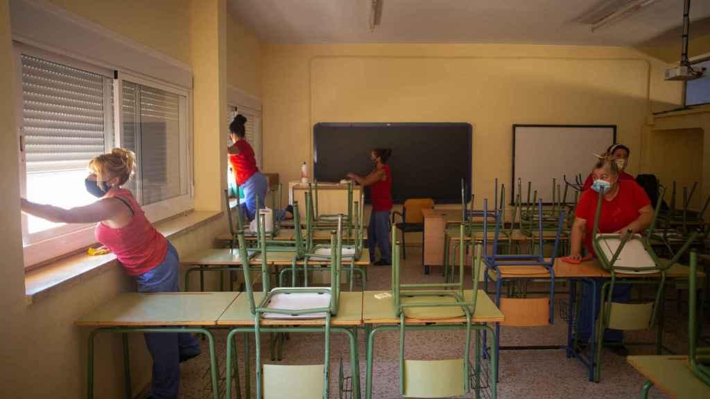 Trabajos de limpieza del 'Plan Covid19' en centros educativos desarrollado por el ayuntamiento de La Rinconada, Sevilla.