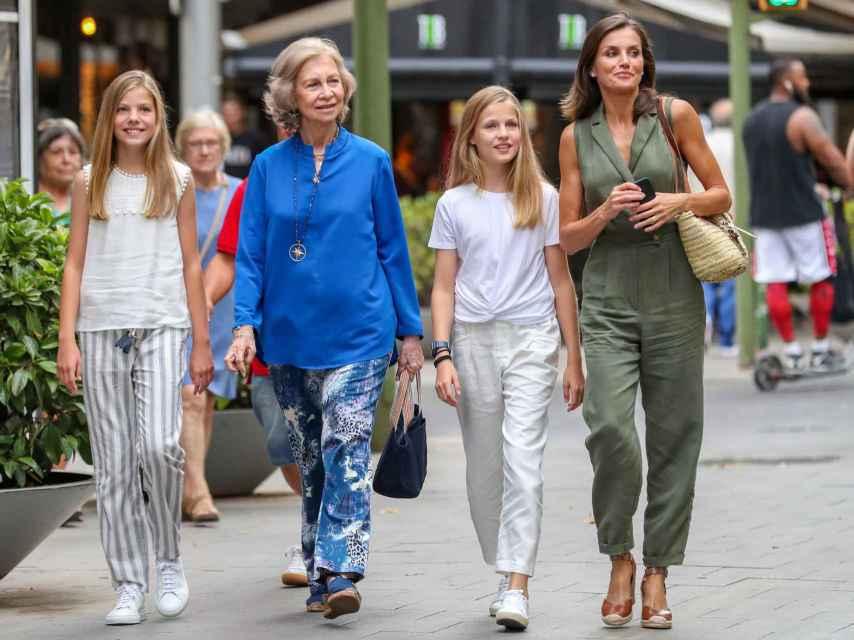 La reina Sofía junto a Letizia y sus hijas, la princesa Leonor y la infanta Sofía, en Mallorca el año pasado.