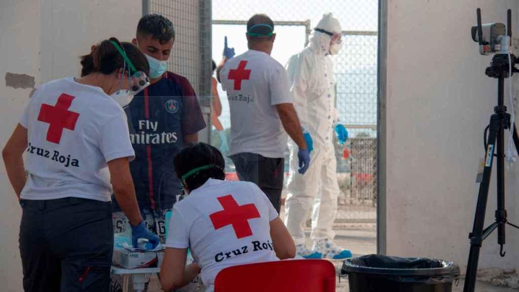 Personal de la Cruz Roja atiende a un inmigrante.