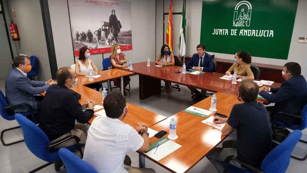 El presidente de la Junta de Andalucía, Juan Marín, se reúne con miembros de la Cruz Roja en Almería.