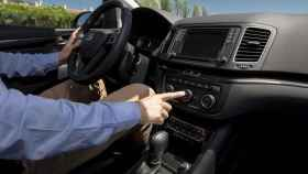 Un conductor enciende el aire acondicionado de su vehículo