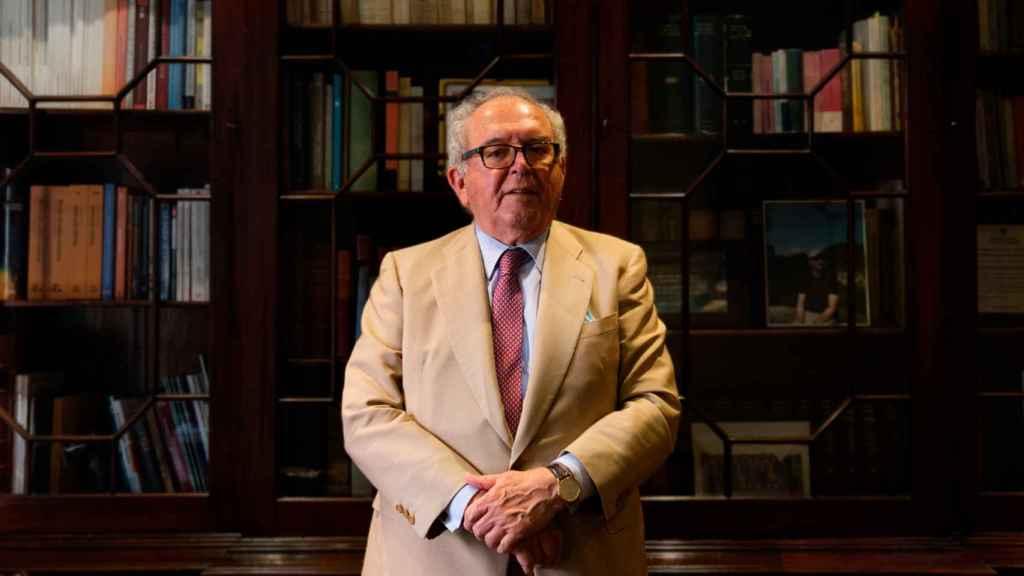 Serra trabajó para los gobiernos de UCD, PSOE y PP, pero no militó en ningún partido.