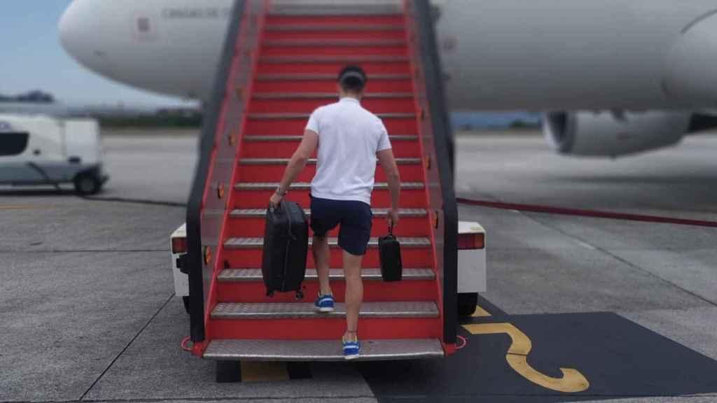 Un futbolista del Fuenlabrada sube al avión de vuelta a Madrid