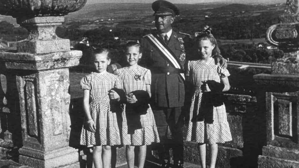 Franco y las tres hermanas fotografiados juntos.