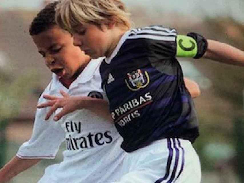Remco Evenepoel jugando al fútbol cuando era niño