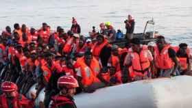 Un grupo de inmigrantes rescatados en una patera en el mar de Alborán.